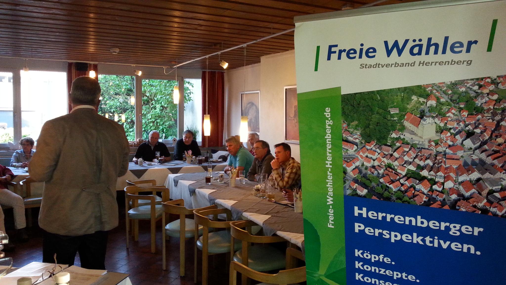 Klaus Maisch erklärt die Herrenberger Kanalisation.